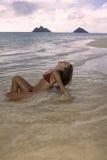 Belle fille à la plage Image stock