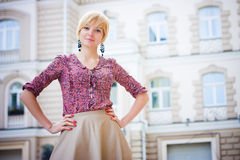 Belle fille à la rue européenne image stock