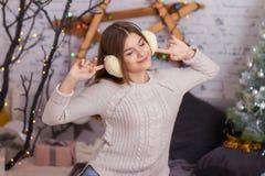Belle fille écoutant la musique dans des écouteurs Image stock