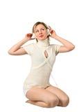 Belle fille écoutant la musique sur des écouteurs Photo libre de droits