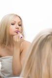 Belle fille écrite sur un miroir dans le rouge à lèvres, I Images stock