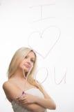 Belle fille écrite sur un miroir dans le rouge à lèvres, I Photos libres de droits
