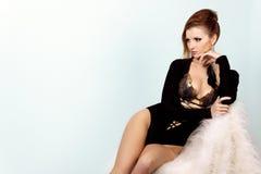 Belle fille élégante avec la grande combinaison de noir de sein dans le studio sur un fond blanc avec un beau maquillage Photo libre de droits