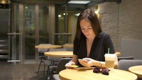 Belle fille élégante prenant le petit déjeuner au café extérieur banque de vidéos