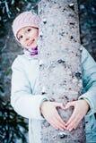 Belle fille étreignant un arbre dans la forêt Images libres de droits
