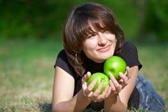 Belle fille adulte avec pommes images stock