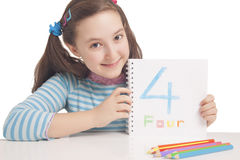 Belle fille affichant le numéro quatre Photographie stock libre de droits