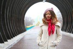 Belle fille africaine dans le béret lilas images stock