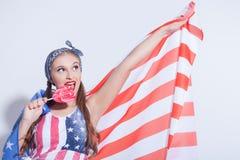 Belle fille américaine avec la sucrerie colorée par bonbon Photo libre de droits