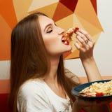 Belle fille appréciant son repas images stock