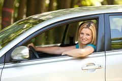 Belle fille appréciant son véhicule neuf Photos stock