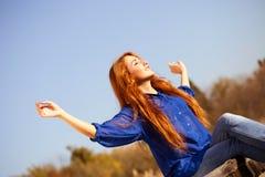 Belle fille appréciant sur Sunny Day Images stock
