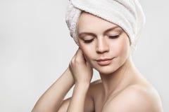Belle fille après Bath touchant son visage Soins de la peau Dame de beauté avec la serviette sur son headtouching Image libre de droits