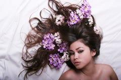 Belle fille asiatique avec des fleurs photographie stock libre de droits