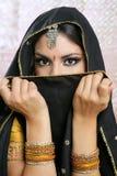 Belle fille asiatique avec le voile noir sur le visage Photo stock