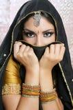 Belle fille asiatique avec le voile noir sur le visage Image stock