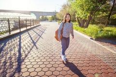 Belle fille asiatique de 15-16 années, adolescente millenial sur s Photos stock