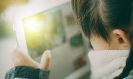 Belle fille asiatique employant le comprimé, la première éducation et l'étude Photographie stock