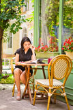 Belle fille asiatique en café images libres de droits