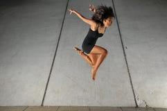 Belle fille asiatique ex?cutant une action de danse Image libre de droits