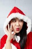 Belle fille asiatique heureuse dans des vêtements de Santa Claus Photos stock