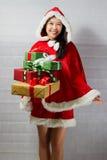 Belle fille asiatique heureuse dans des vêtements de Santa Claus Image libre de droits