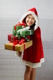 Belle fille asiatique heureuse dans des vêtements de Santa Claus Image stock