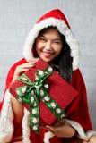 Belle fille asiatique heureuse dans des vêtements de Santa Claus Photos libres de droits
