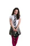 Belle fille asiatique jugeant les chaussures noires d'isolement image libre de droits