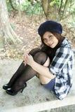 Belle fille asiatique s'asseyant Image stock