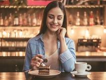 Belle fille au café Photo stock