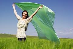 Belle fille au champ du seigle avec le tissu de vol Photos libres de droits
