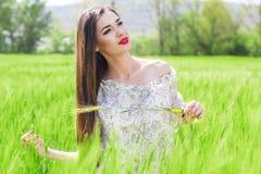Belle fille au champ vert Photo libre de droits