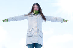 Belle fille au-dessus de ciel et de soleil bleus de l'hiver Photographie stock libre de droits