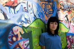 Belle fille autour du mur Photos libres de droits