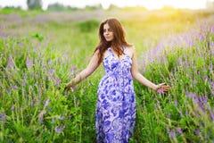 Belle fille aux cheveux foncés parmi des wildflowers photos libres de droits