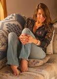 Belle fille aux pieds nus sexy dans des jeans Photographie stock