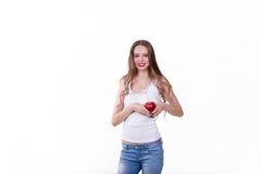 Belle fille avec Apple sur un fond blanc Image libre de droits