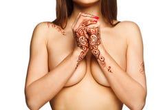 Belle fille avec de henné de mehendi le dos et les poignets dessus photos stock