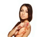 Belle fille avec de henné de mehendi le dos et les poignets dessus Images stock