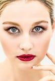 Belle fille avec de longs cheveux blonds et yeux bleus Photo libre de droits