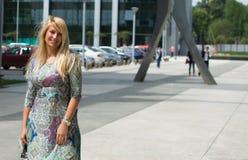 Belle fille avec de longs cheveux blonds souriant dehors Photos libres de droits