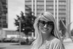 Belle fille avec de longs cheveux blonds souriant dehors Images libres de droits