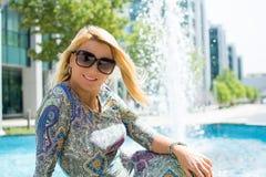 Belle fille avec de longs cheveux blonds souriant dehors Photographie stock