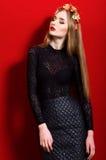 Belle fille avec de longs cheveux portant une guirlande Photographie stock