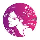 Belle fille avec de longs cheveux roses Femme décorative de mode pour la conception de salon de beauté Images libres de droits