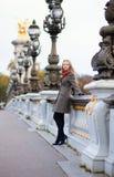 Belle fille avec de longs cheveux sur le Pont Alexandre III Photographie stock libre de droits
