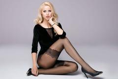 Belle fille avec de longues pattes Image stock
