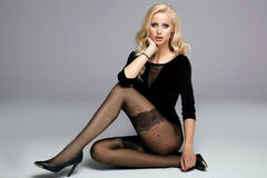 Belle fille avec de longues pattes Images stock