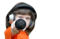 Belle fille avec des écouteurs sur sa tête étirant le MI en avant Image libre de droits